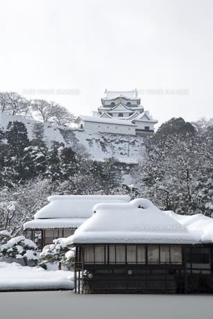玄宮園から見る雪の彦根城の写真素材 [FYI00580461]