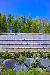 竹のフェンスと青空の写真素材 [FYI00585177]