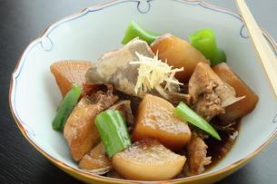 ブリ大根 煮物 大皿料理の写真素材 [FYI00589307]
