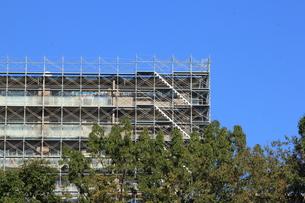 青空と改修中のマンションの外観の写真素材 [FYI00589463]