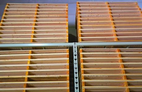 重量ラックに保管されている木製パレットの写真素材 [FYI00598277]