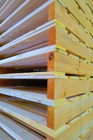 重量ラックに保管されている木製パレットの写真素材 [FYI00598278]