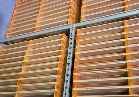重量ラックに保管されている木製パレットの写真素材 [FYI00598279]