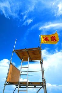 千葉県九十九里浜の遊泳注意フラッグと青空のある風景の写真素材 [FYI00598308]