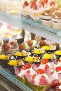 ケーキ店のショーケースの写真素材 [FYI00598389]