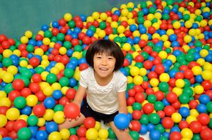 ボールプールで遊ぶ女の子の写真素材 [FYI00602789]