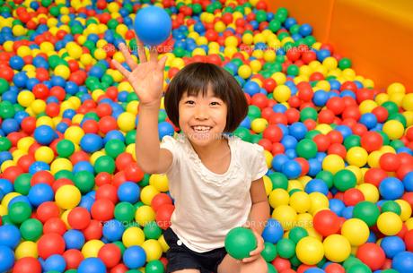 ボールプールで遊ぶ女の子の写真素材 [FYI00602790]