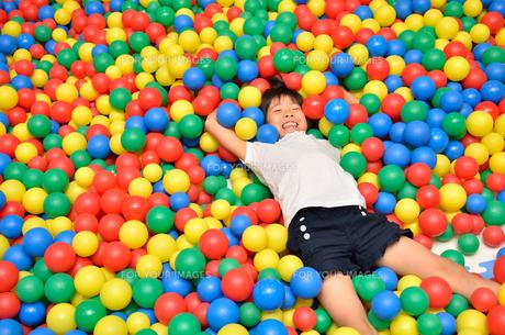 ボールプールで遊ぶ女の子の写真素材 [FYI00602791]