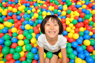 ボールプールで遊ぶ女の子の写真素材 [FYI00602792]