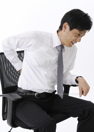 腰に手を当てるビジネスマンの写真素材 [FYI00603340]