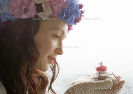 シュガークラフトを持つ新婦の写真素材 [FYI00603361]