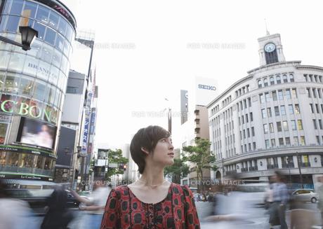街角の若い女性の写真素材 [FYI00603373]