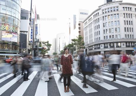 街角に立つ若い女性の写真素材 [FYI00603375]