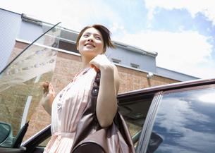 車から降りる若い女性の素材 [FYI00603378]