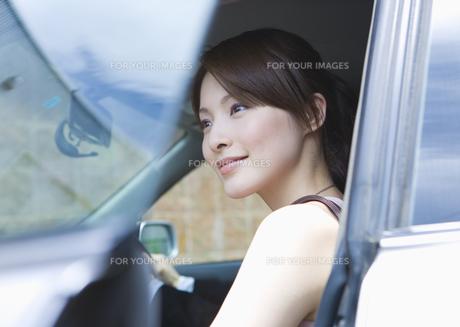 ドライブする若い女性の素材 [FYI00603379]