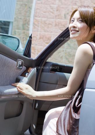 ドライブする若い女性の素材 [FYI00603380]