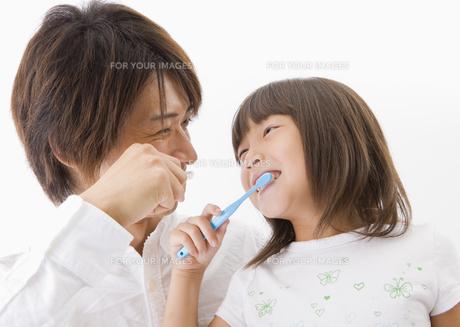 歯磨きをする父と娘の写真素材 [FYI00603389]