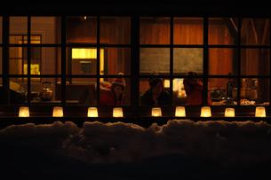スノーキャンドルのある家の写真素材 [FYI00603400]