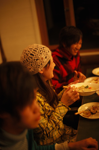 夕食を食べる若者の写真素材 [FYI00603402]