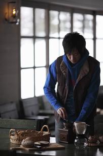 コーヒーを挽く男性の写真素材 [FYI00603403]