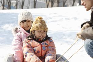 雪遊びする父子の写真素材 [FYI00603408]