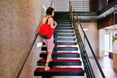 階段を上る女性の素材 [FYI00603412]