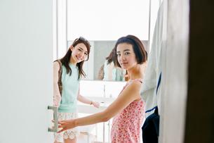 ドアを開ける二人の女性の写真素材 [FYI00603415]