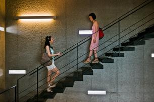 階段で向かい合う二人の女性の素材 [FYI00603416]