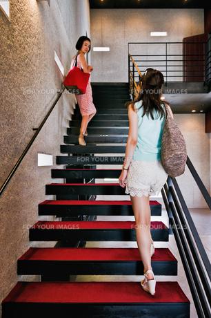 階段を上る二人の女性の素材 [FYI00603417]