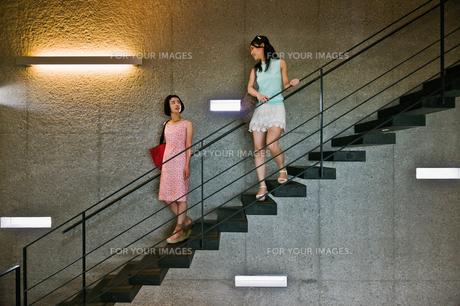 階段で話す女性の素材 [FYI00603418]