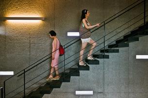 階段を上る女性と下る女性の素材 [FYI00603419]