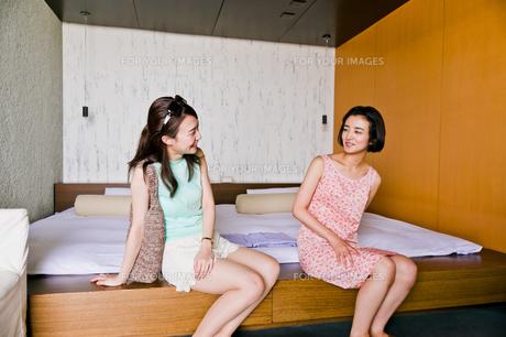 ベッドに座る二人の女性の写真素材 [FYI00603420]
