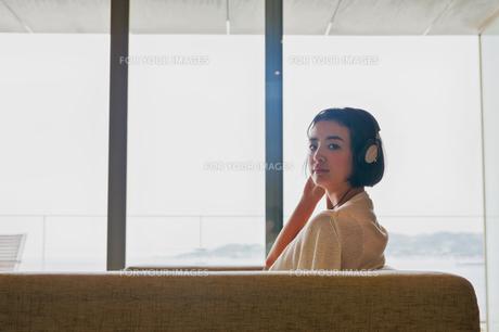 音楽を聴く女性の素材 [FYI00603425]