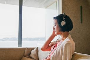 音楽を聴く女性の素材 [FYI00603427]