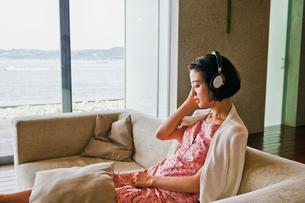 音楽を聴く女性の素材 [FYI00603431]