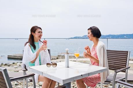 テラスで会話をする女性の写真素材 [FYI00603436]