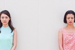 女性二人のポートレートの素材 [FYI00603444]