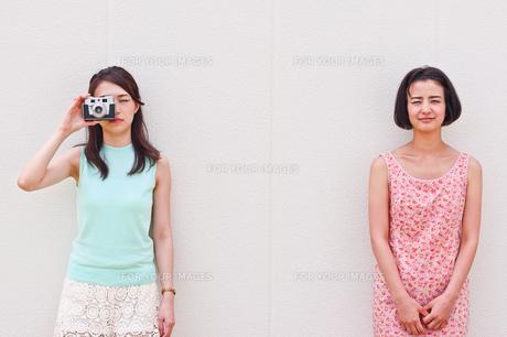 カメラを持つ女性と手を組む女性の素材 [FYI00603446]