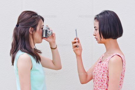 写真を撮り合う女性の写真素材 [FYI00603447]