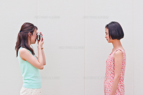 写真を撮る女性の素材 [FYI00603448]