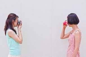 写真を撮り合う女性の素材 [FYI00603449]