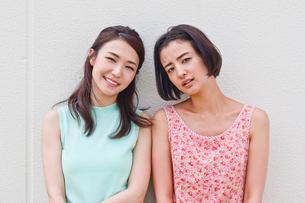 女性二人のポートレートの写真素材 [FYI00603450]