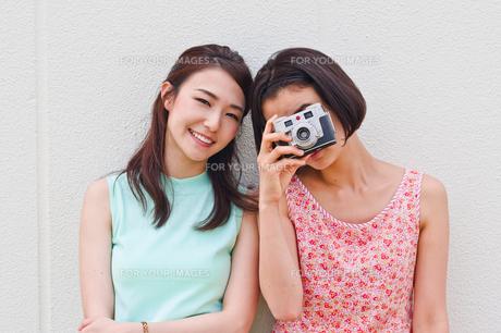 カメラを向ける女性と笑顔の女性の素材 [FYI00603451]