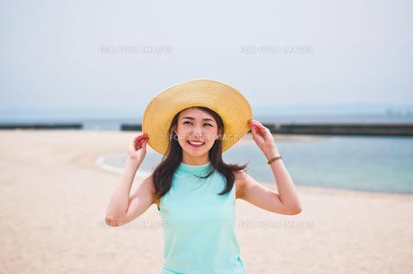 海で帽子を被った女性の素材 [FYI00603452]
