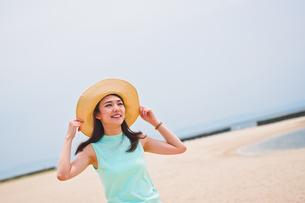 海で帽子を被った女性の素材 [FYI00603457]