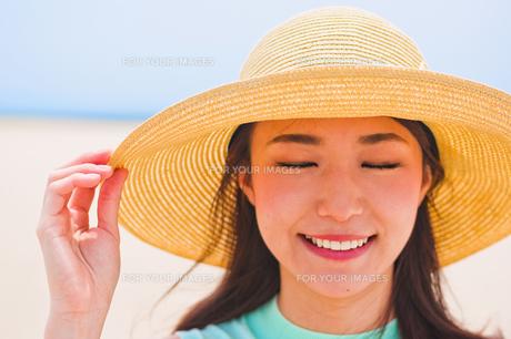 海で帽子を被った女性の素材 [FYI00603458]