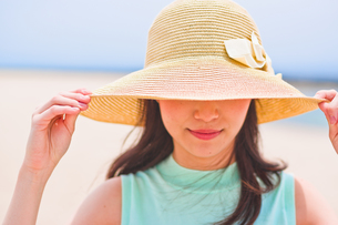 帽子を深く被った女性の素材 [FYI00603459]