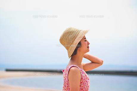海で帽子を被った女性の素材 [FYI00603461]