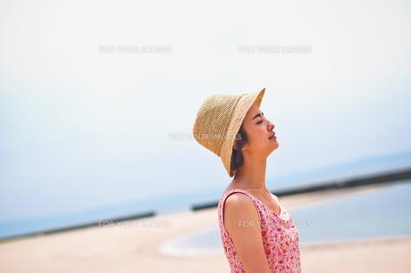 海で帽子を被った女性の素材 [FYI00603462]