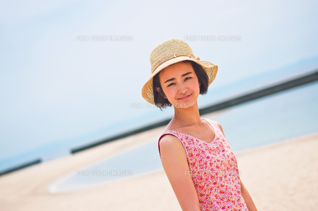 海で帽子を被った女性の素材 [FYI00603464]
